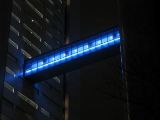 ライトアップされた渡り廊下