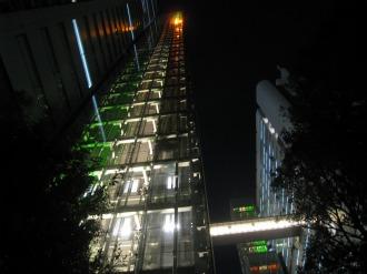 ライトアップされたエレベーター