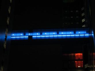 渡り廊下のライトアップ(青)