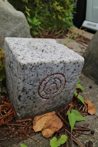 水準点の標石に見える川崎市のロゴマーク