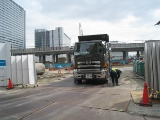 工事現場から出るトラック