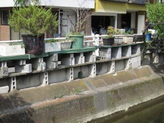 二ヶ領用水沿いのプランター