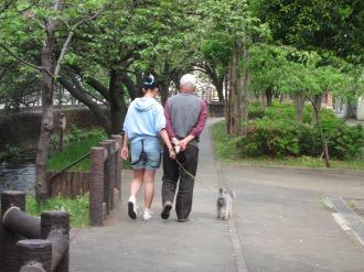 犬を連れて散歩をするご家族