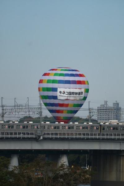 田園都市線と「キネコ国際映画祭」の気球