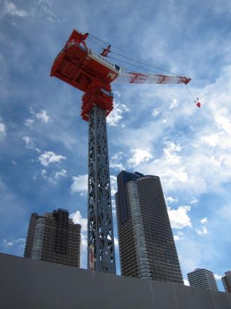 タワークレーンと再開発地区の空