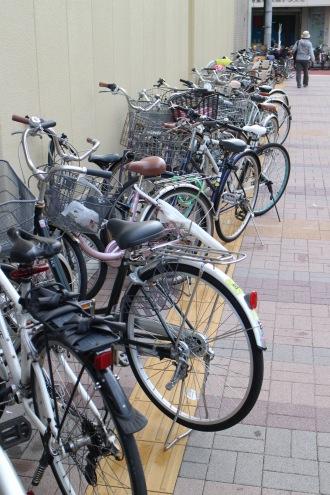 旧マルエツ側に並んだ放置自転車