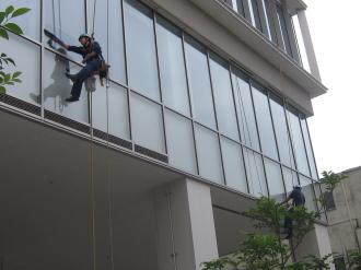 野村不動産ビルS棟の窓掃除