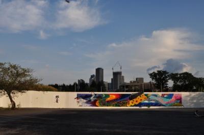 中原地区に巨大絵「黒猫の散歩」出現