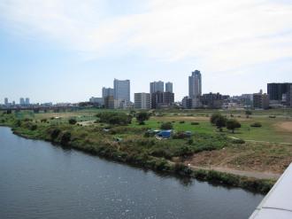 多摩川と武蔵小杉の再開発ビル群