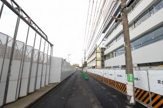 「パークシティ武蔵小杉ザ ガーデン」(左)と大西学園(右)