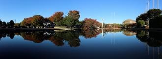 水面に映る等々力緑地のパノラマ画像
