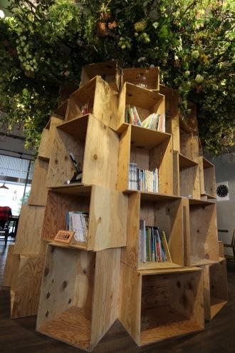 「パパの本棚」を移設した「本棚の樹」