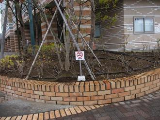 パークシティ武蔵小杉ミッドスカイタワー公開空地の禁煙標示塔(中原市民館前)