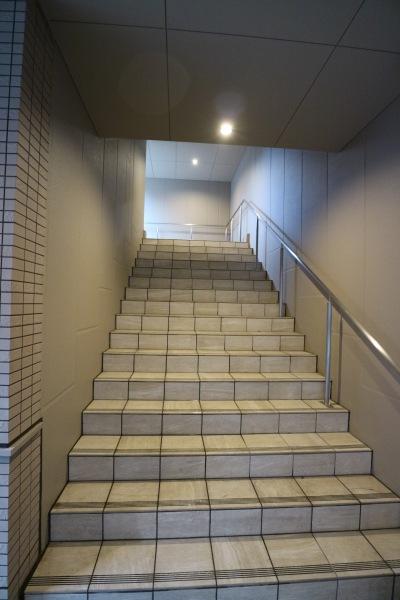 「タワーズウエスト」2階デッキにのぼる階段