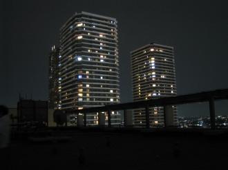 ライトダウン後の屋上(背景:リエトコート武蔵小杉)