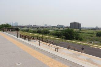 多摩川河川敷への階段