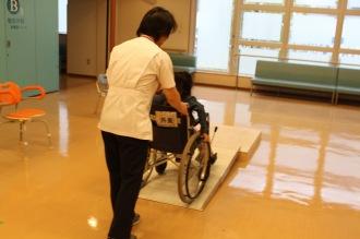 車椅子で、斜面をのぼる