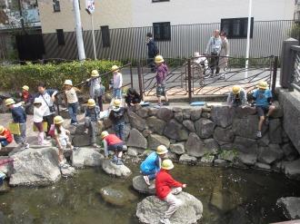 岩に乗って遊ぶ生徒たち
