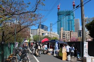 「こすぎ名物花見市」会場と武蔵小杉の再開発ビル