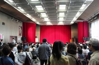 総合自治会館ホールのステージ