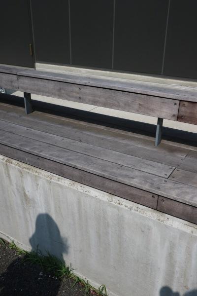川崎市医師会館裏手のベンチ