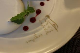 お皿に描かれた「コンシェルジュリス」