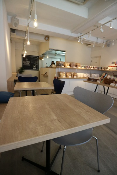 カフェ席が設けられた店内