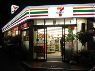 夜間のセブンイレブン川崎今井仲町店の照明
