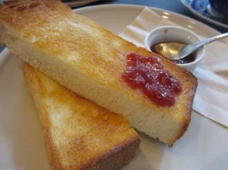 バターとイチゴジャムのトースト