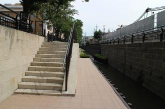 親水遊歩道に下りる階段