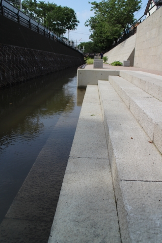 法政二中・高前の親水遊歩道(2014年整備)