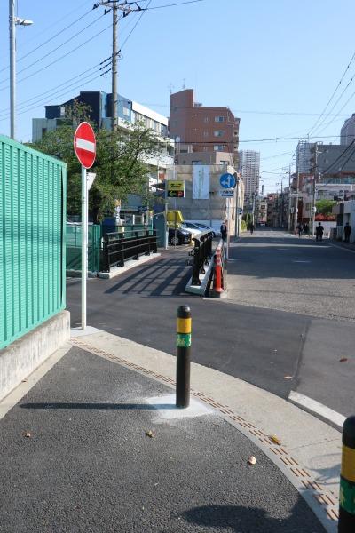 住吉小学校前の歩道から連続して整備された矢倉橋の歩道