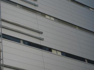 北棟東側壁面に設置された細長い窓