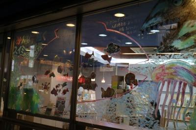 「キットパス」で窓ガラスに描いた絵