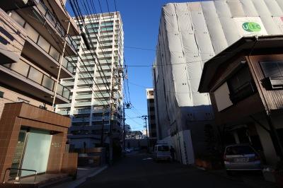 防護シートが外れる前の「カーサブライト」と周辺の街並み