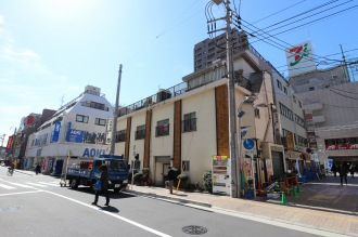 「こすぎコアパーク」と、建て替えや店舗入れ替えが進む既存ビル