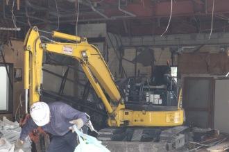 重機による建物内の解体