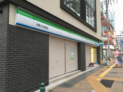 看板がついた1階「ファミリーマート武蔵小杉駅西店」