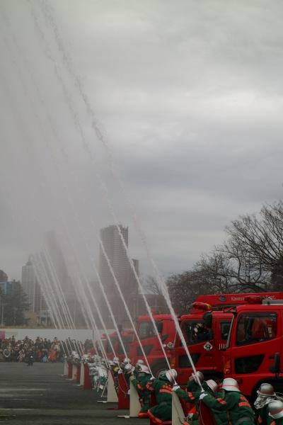 消防団各部隊の一斉放水