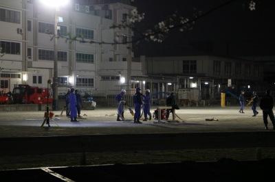 夜間の東住吉小学校における中原消防団の訓練