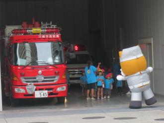中原消防署で子どもたちに迎えられる「太助」