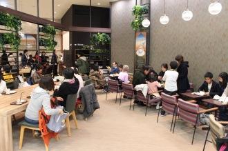 ほぼ満席の「白ヤギ珈琲店」