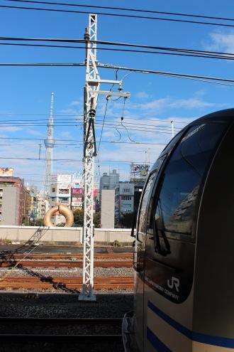 総武線快速と東京スカイツリー(錦糸町駅にて)