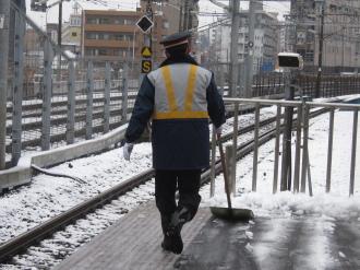 横須賀線武蔵小杉駅ホームの雪かき