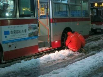 チェーンを装着する東急バス