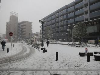 JR武蔵中原駅前の雪景色