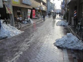 法政通り商店街、雪かきのあと