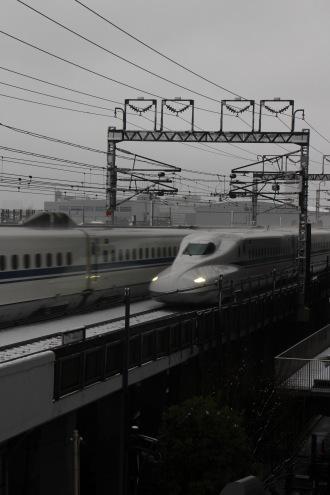 武蔵小杉新駅付近を通過する新幹線