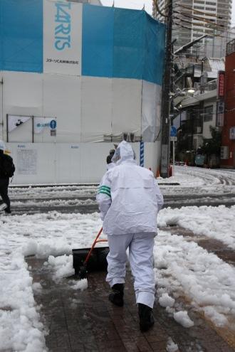 雪かきをするスタッフの方