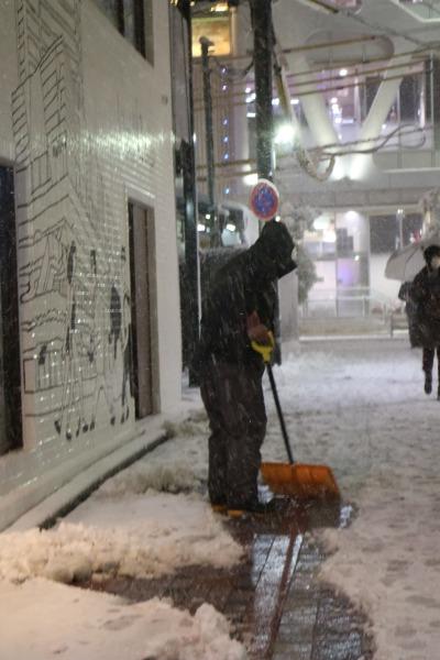 武蔵小杉駅前通り商店街の雪かき